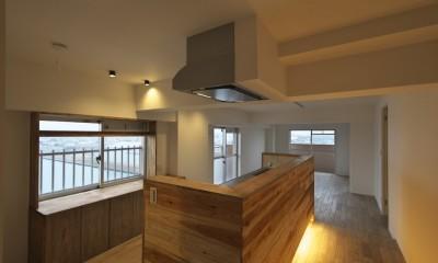 充実した収納でいつでもキレイな家に。アンティークな雰囲気漂うマンションリノベーション (家の中心にあるキッチン)
