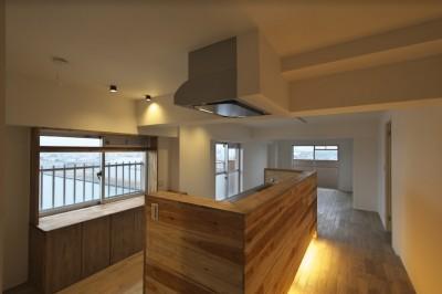 家の中心にあるキッチン (充実した収納でいつでもキレイな家に。アンティークな雰囲気漂うマンションリノベーション)