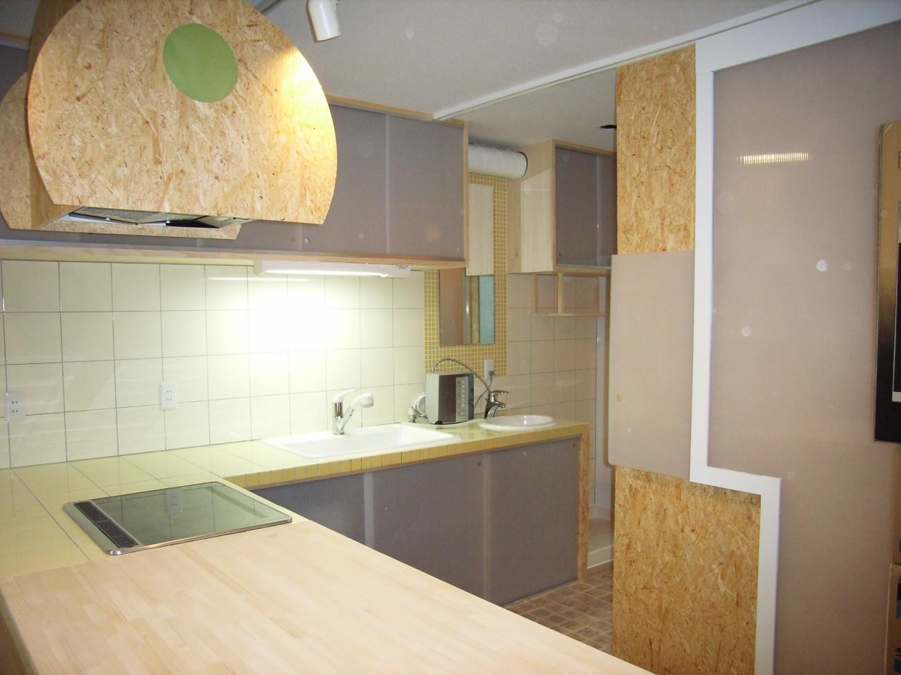 キッチン事例:L字型カウンターは、木製+タイル張り(店舗(自然派日用品)付き住宅のリフォーム)