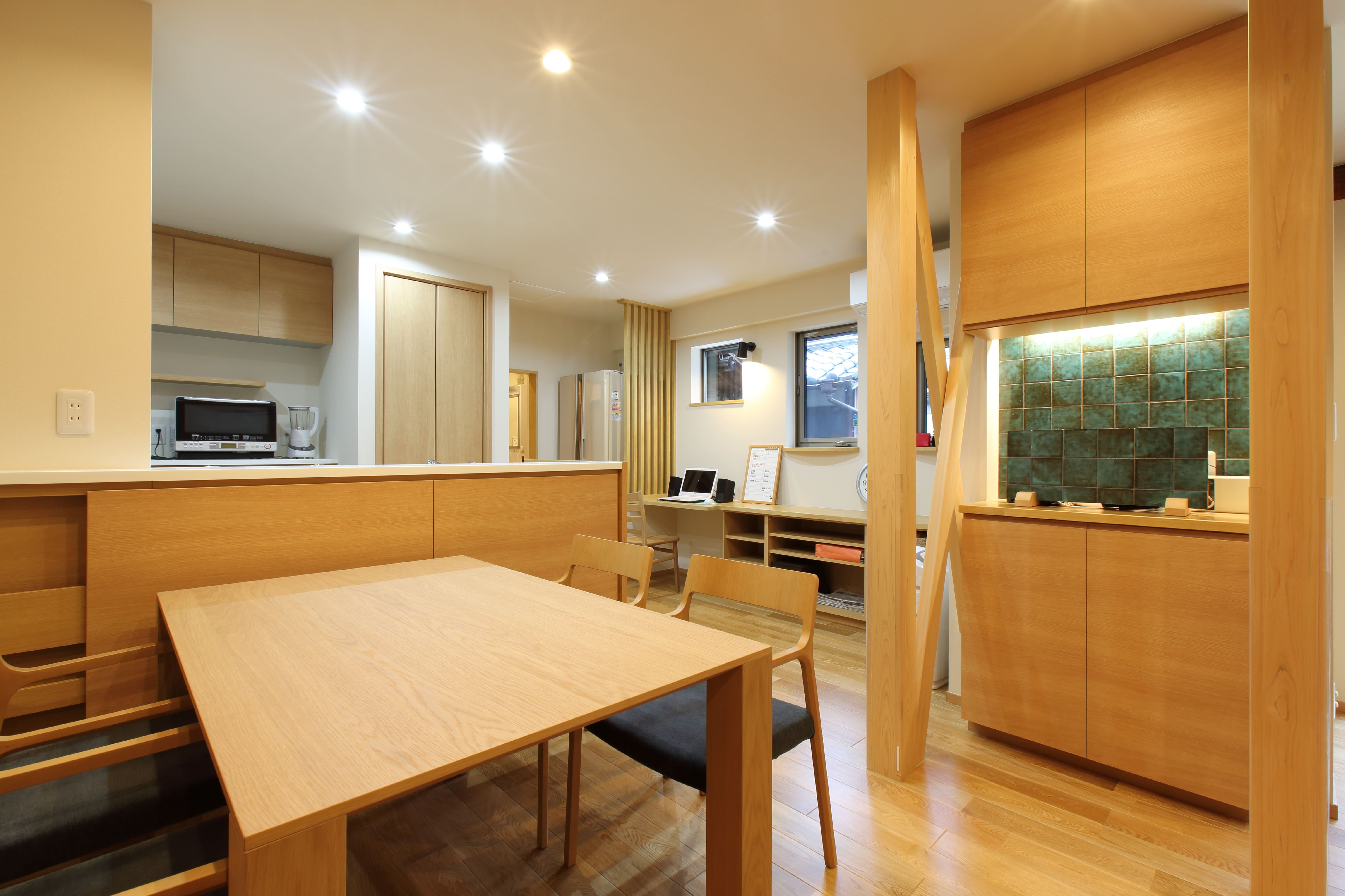キッチン事例:以前和室だった部分の柱は新しく取り替え、筋かいを加えて室内のアクセントに。(将来の夫婦二人の生活を見据えて、1階部分だけで暮らせる住まいにリフォーム。)