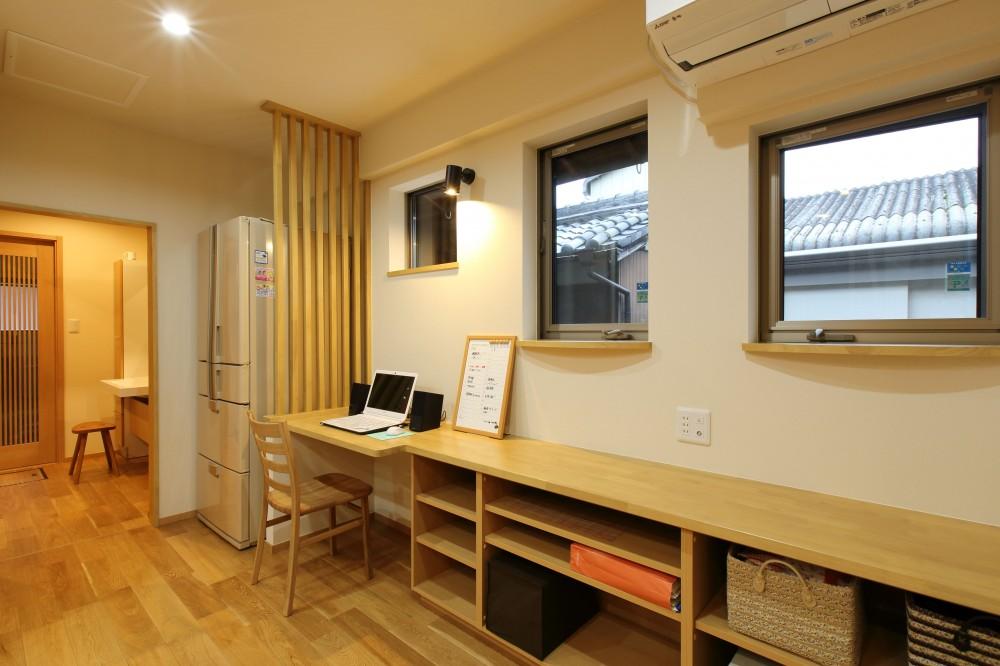 将来の夫婦二人の生活を見据えて、1階部分だけで暮らせる住まいにリフォーム。 (キッチン横を書斎スペースとして活用)