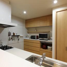 対面式のキッチンカウンター (将来の夫婦二人の生活を見据えて、1階部分だけで暮らせる住まいにリフォーム。)