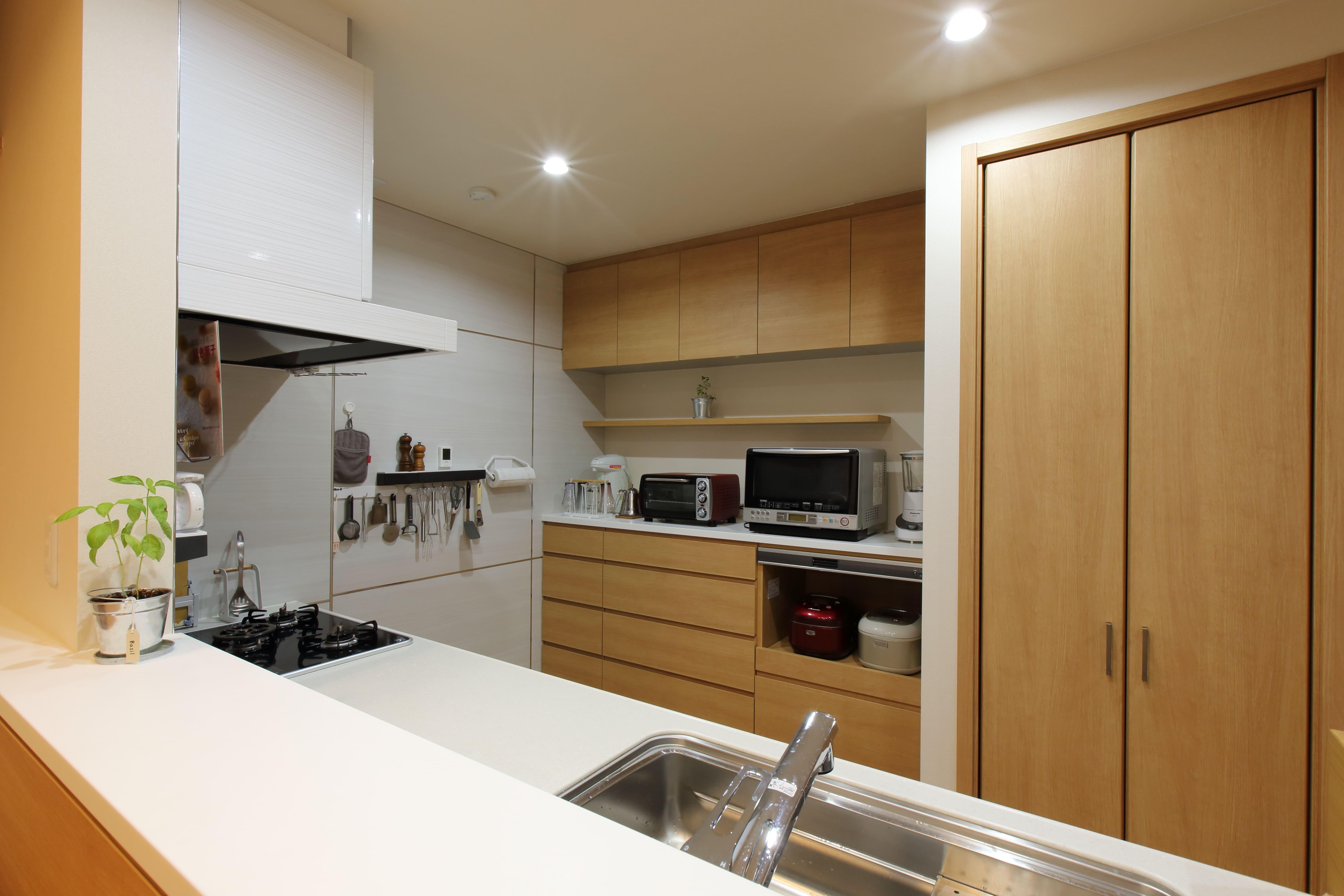 キッチン事例:対面式のキッチンカウンター(将来の夫婦二人の生活を見据えて、1階部分だけで暮らせる住まいにリフォーム。)