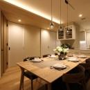 中古住宅を購入してリフォーム。住みやすさとデザイン性の高さを兼ね備えた住まいに。の写真 オフホワイトを基調にした内装に