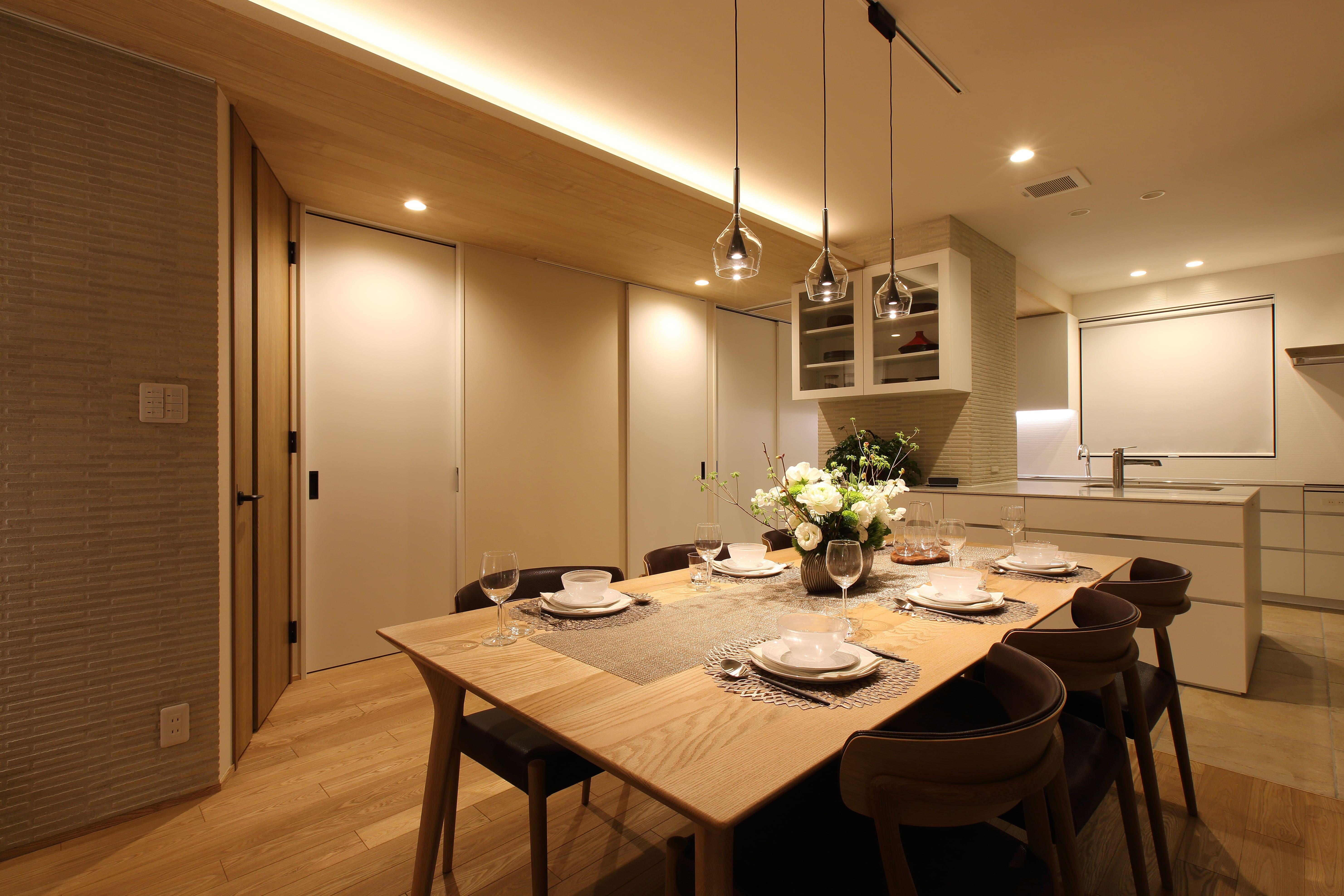 リビングダイニング事例:オフホワイトを基調にした内装に(中古住宅を購入してリフォーム。住みやすさとデザイン性の高さを兼ね備えた住まいに。)