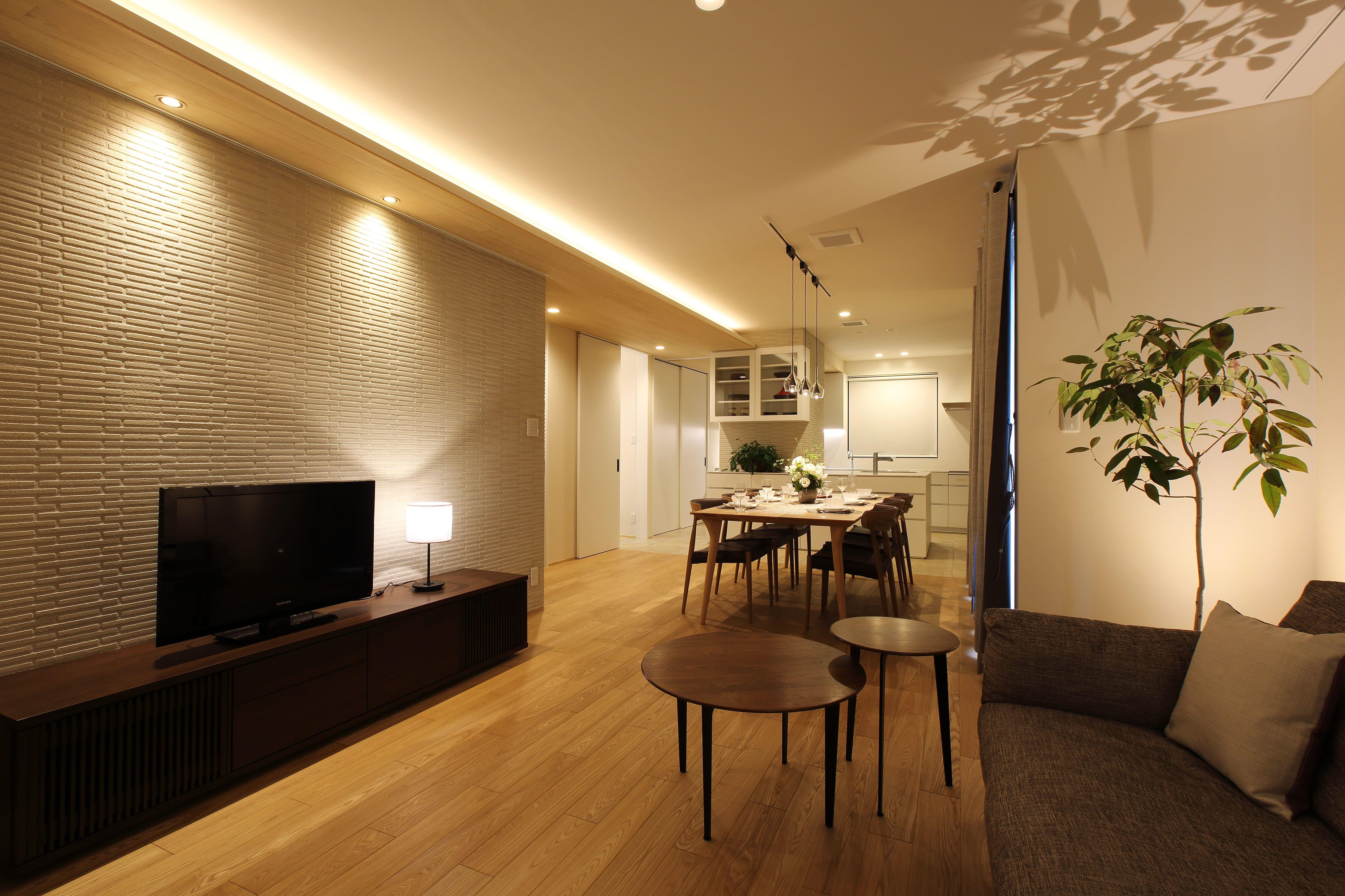リビングダイニング事例:モダンな北欧風のリビング。(中古住宅を購入してリフォーム。住みやすさとデザイン性の高さを兼ね備えた住まいに。)