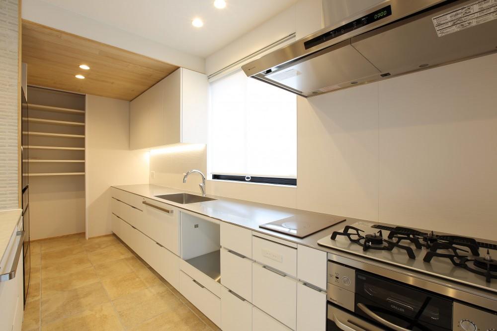 中古住宅を購入してリフォーム。住みやすさとデザイン性の高さを兼ね備えた住まいに。 (広々としたキッチン)