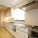 中古住宅を購入してリフォーム。住みやすさとデザイン性の高さを兼ね備えた住まいに。の写真 広々としたキッチン