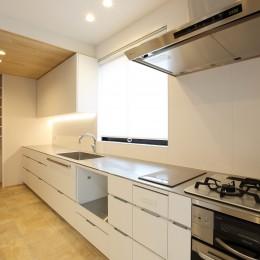 広々としたキッチン (中古住宅を購入してリフォーム。住みやすさとデザイン性の高さを兼ね備えた住まいに。)