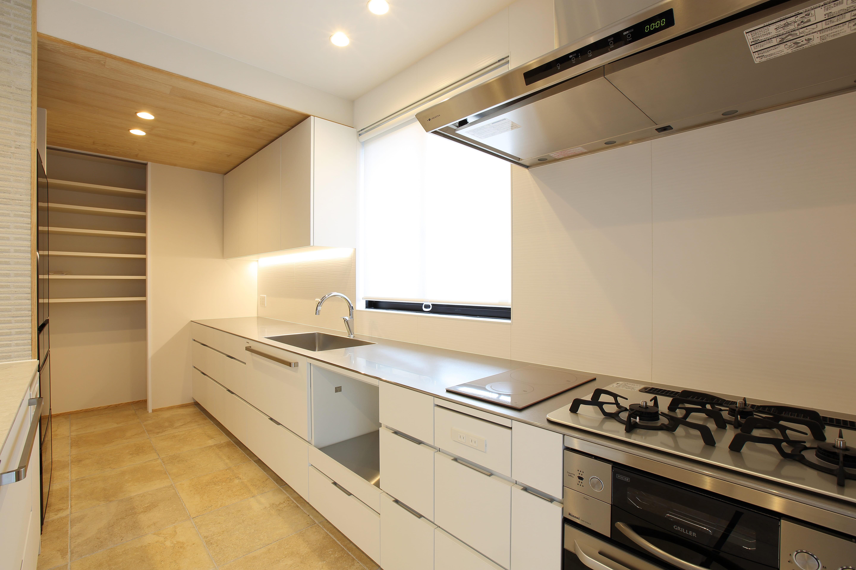 キッチン事例:広々としたキッチン(中古住宅を購入してリフォーム。住みやすさとデザイン性の高さを兼ね備えた住まいに。)