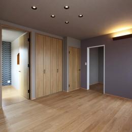 中古住宅を購入してリフォーム。住みやすさとデザイン性の高さを兼ね備えた住まいに。 (クロゼットと大型のウォークインクロゼットで収納を充実)