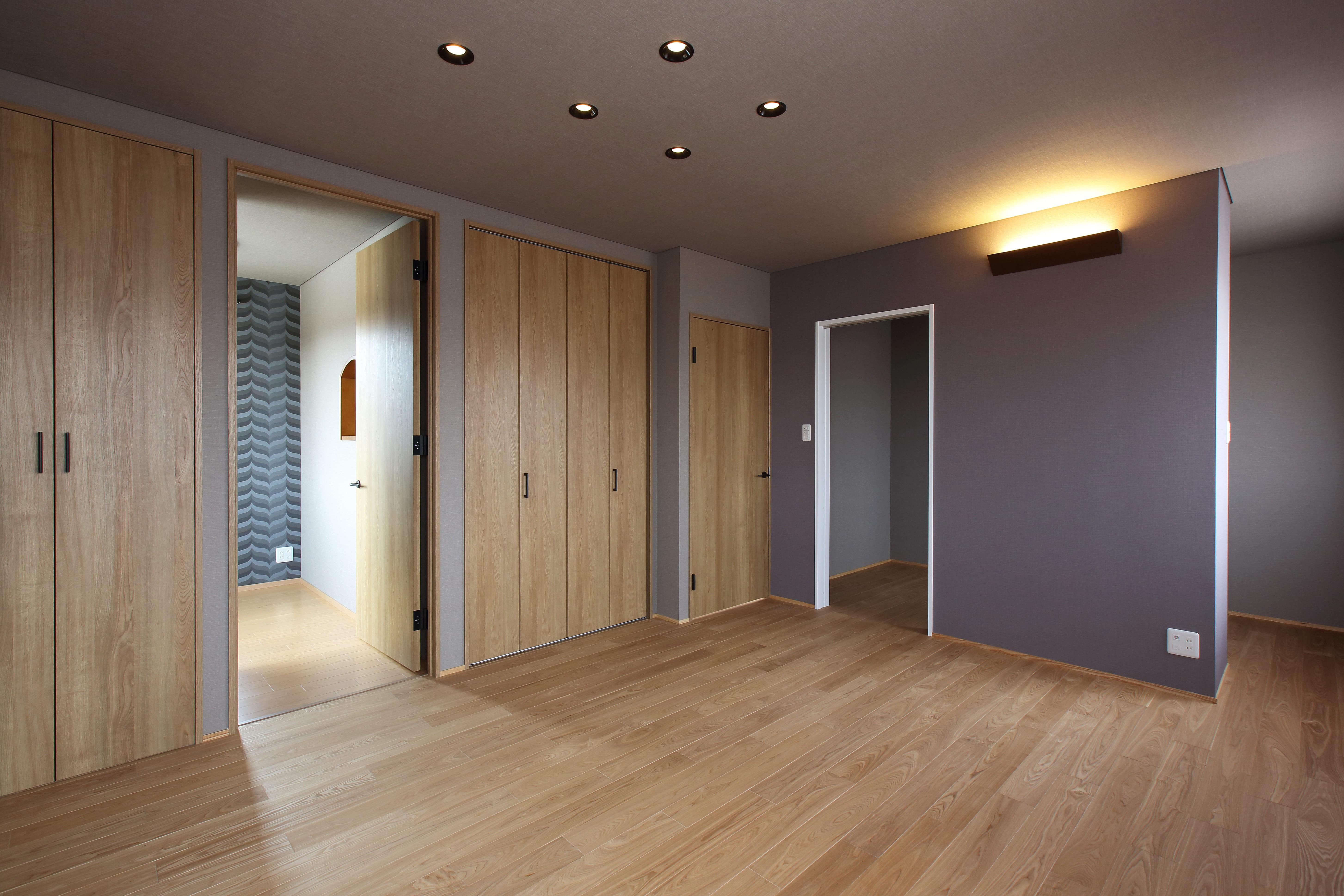 ベッドルーム事例:クロゼットと大型のウォークインクロゼットで収納を充実(中古住宅を購入してリフォーム。住みやすさとデザイン性の高さを兼ね備えた住まいに。)
