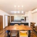 2階を増築して、デザイン性の高い上下分離型の二世帯住宅にリフォーム。の写真 ウォルナットのフロアには床暖房を設置