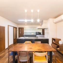 2階を増築して、デザイン性の高い上下分離型の二世帯住宅にリフォーム。 (ウォルナットのフロアには床暖房を設置)
