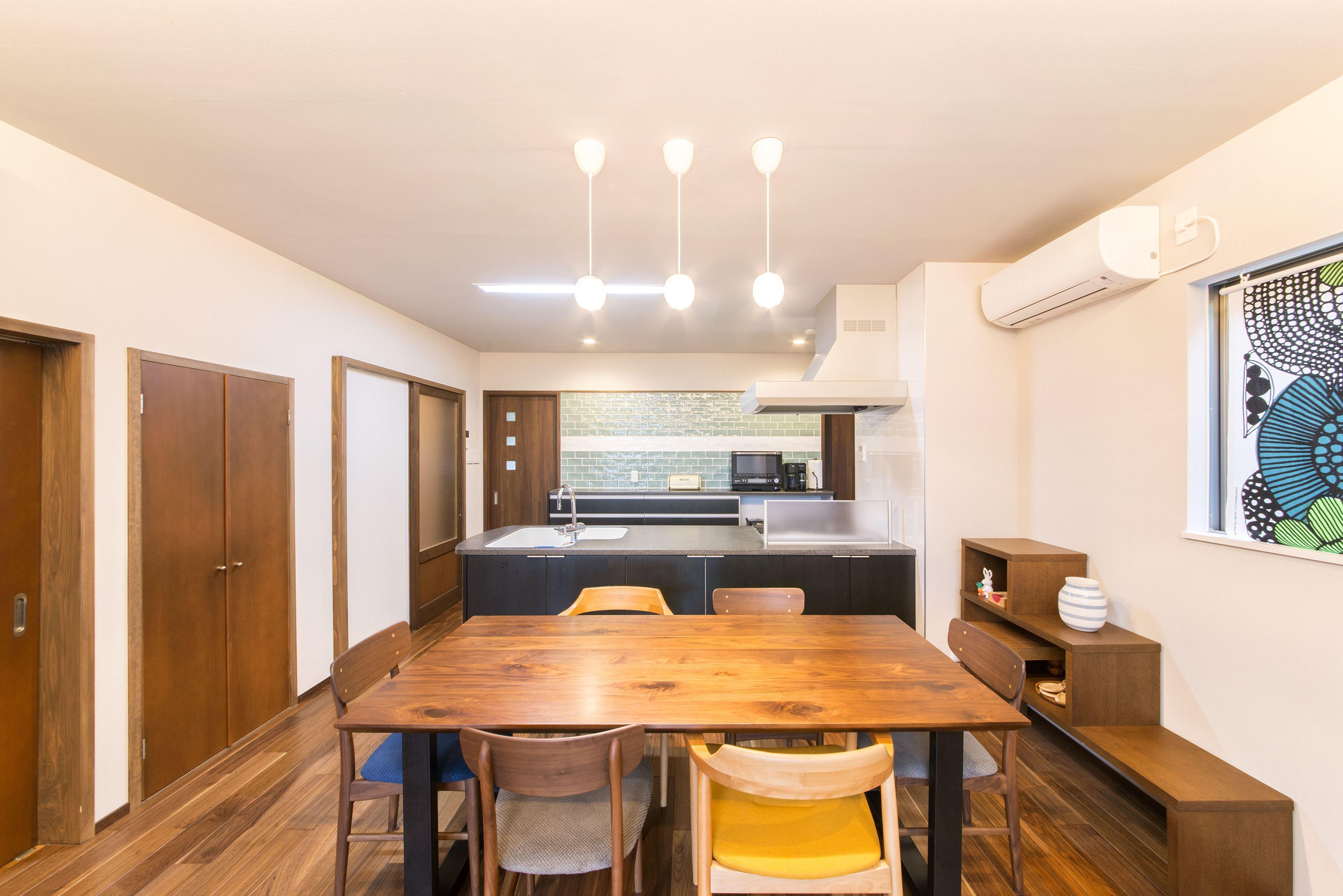 リビングダイニング事例:ウォルナットのフロアには床暖房を設置(2階を増築して、デザイン性の高い上下分離型の二世帯住宅にリフォーム。)