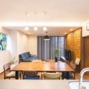 2階を増築して、デザイン性の高い上下分離型の二世帯住宅にリフォーム。の写真 一部下がり天井にして間接照明を設置したリビング。
