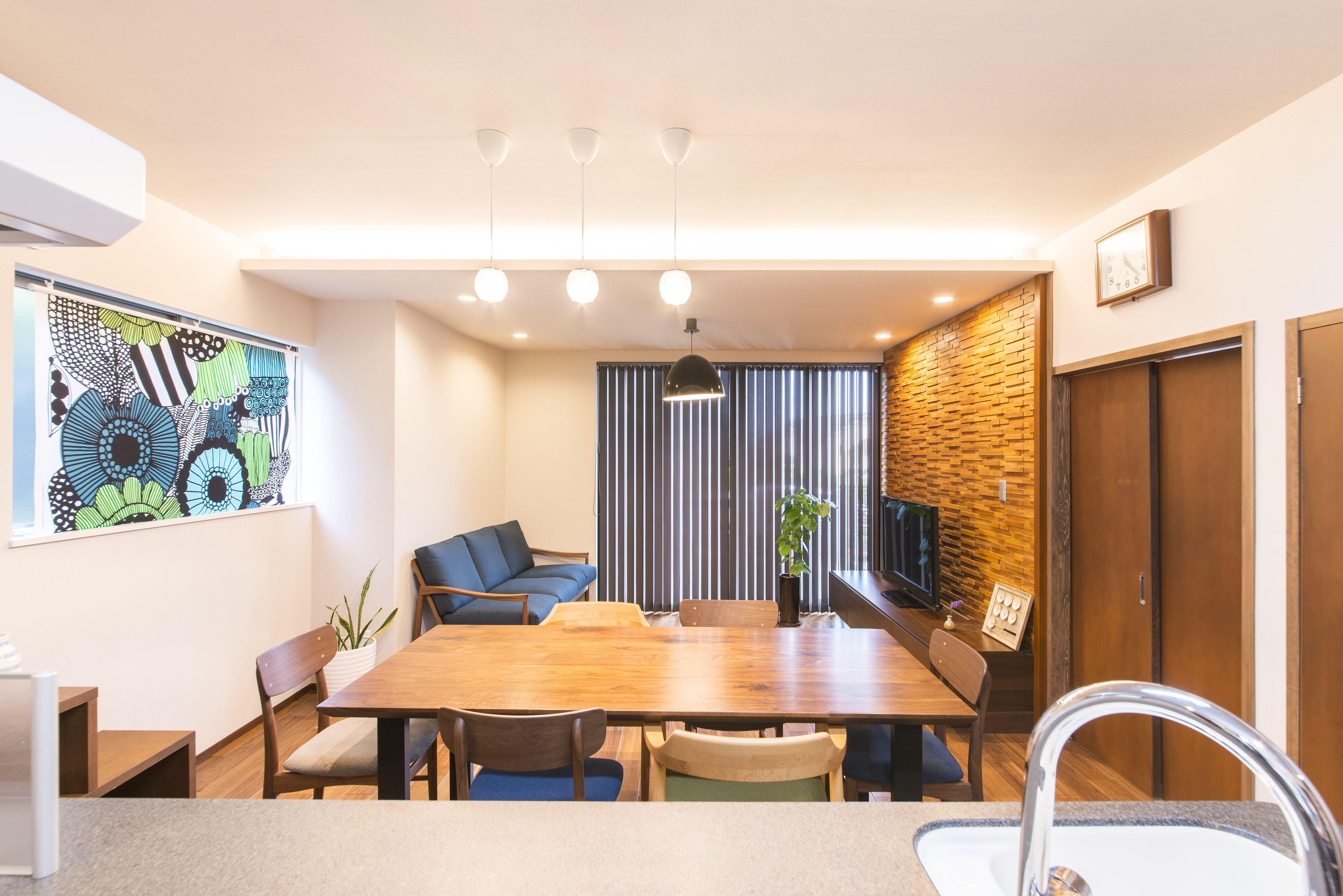 リビングダイニング事例:一部下がり天井にして間接照明を設置したリビング。(2階を増築して、デザイン性の高い上下分離型の二世帯住宅にリフォーム。)