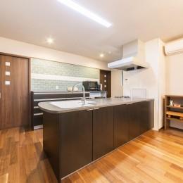 2階を増築して、デザイン性の高い上下分離型の二世帯住宅にリフォーム。 (1階のキッチンはL型をオープンスタイルの対面式に変更。)