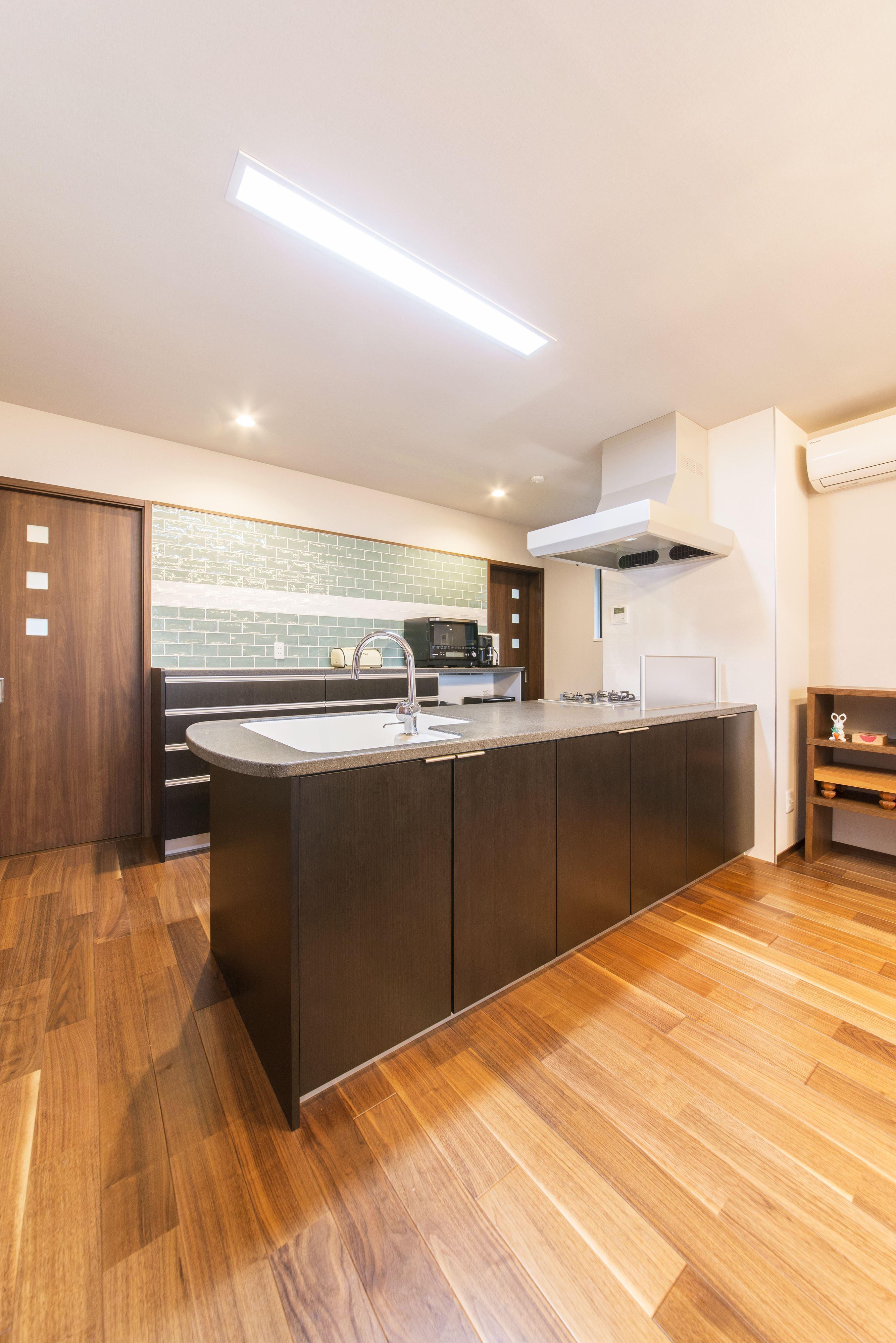 キッチン事例:1階のキッチンはL型をオープンスタイルの対面式に変更。(2階を増築して、デザイン性の高い上下分離型の二世帯住宅にリフォーム。)