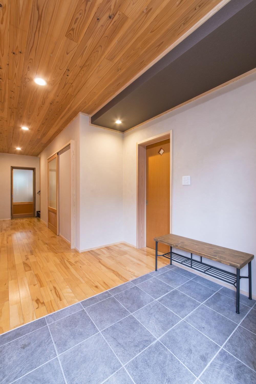 2階を増築して、デザイン性の高い上下分離型の二世帯住宅にリフォーム。 (玄関床は新しいタイルに張り替えた。)