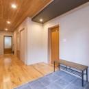2階を増築して、デザイン性の高い上下分離型の二世帯住宅にリフォーム。の写真 玄関床は新しいタイルに張り替えた。