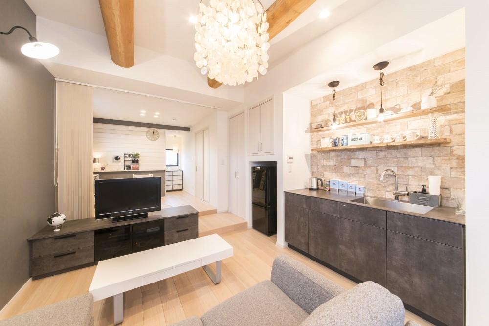 2階を増築して、デザイン性の高い上下分離型の二世帯住宅にリフォーム。 (家具のようなデザイン性の高いミニキッチンを新設)