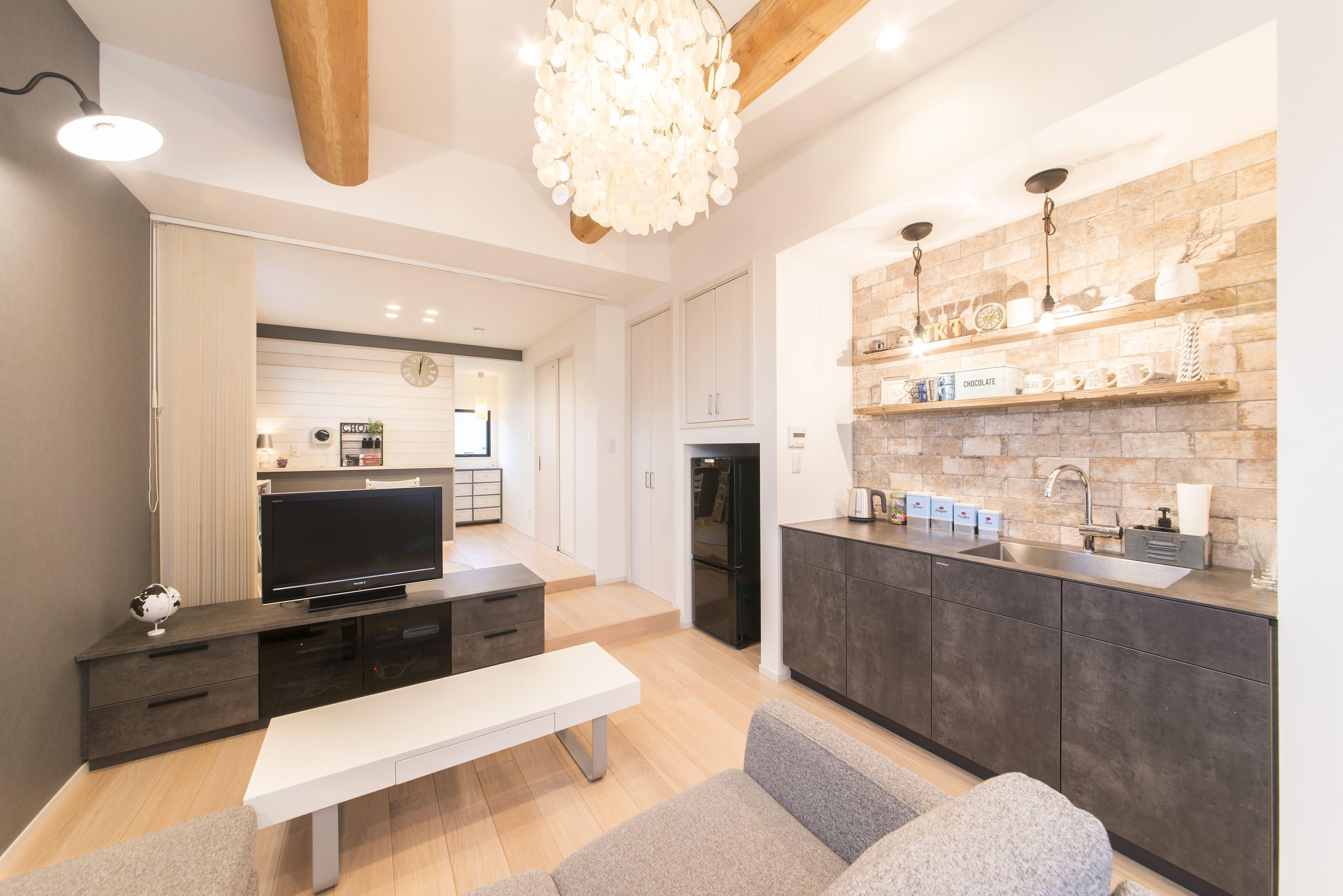 リビングダイニング事例:家具のようなデザイン性の高いミニキッチンを新設(2階を増築して、デザイン性の高い上下分離型の二世帯住宅にリフォーム。)