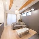 2階を増築して、デザイン性の高い上下分離型の二世帯住宅にリフォーム。の写真 現地調査の際に見つけた2本の松の梁を現わしにするために勾配天井に。