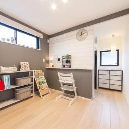 2階を増築して、デザイン性の高い上下分離型の二世帯住宅にリフォーム。 (明るい印象の2階の寝室)