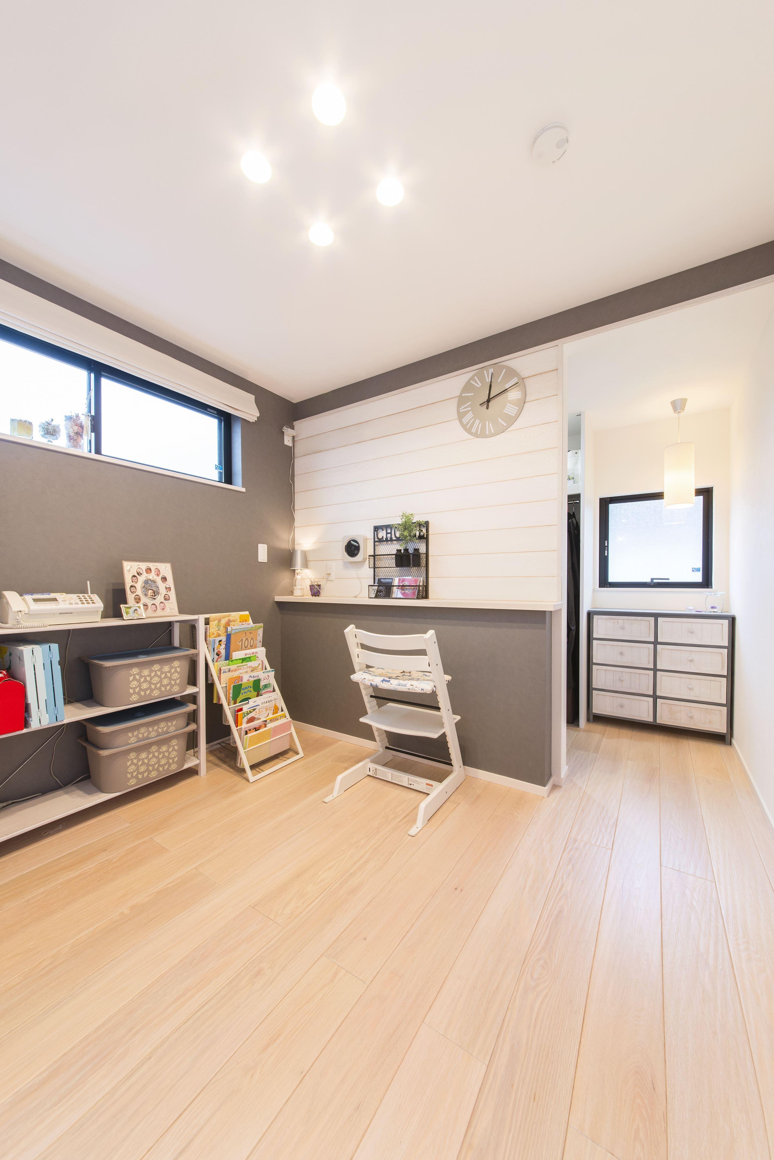 その他事例:明るい印象の2階の寝室(2階を増築して、デザイン性の高い上下分離型の二世帯住宅にリフォーム。)