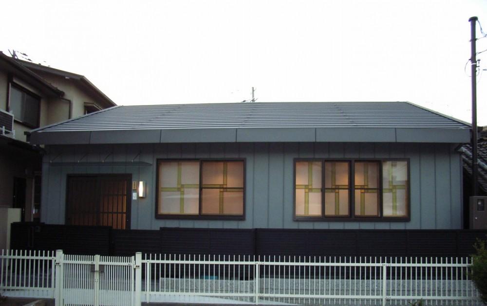 床暖房があるバリアフリー対策の平屋建て住宅|超高気密高断熱の住まい (外観(夕景))