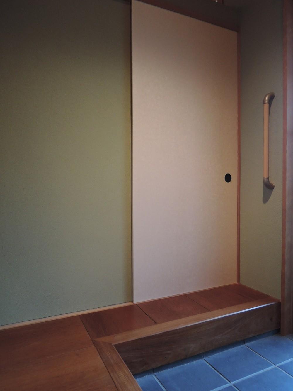 床暖房があるバリアフリー対策の平屋建て住宅|超高気密高断熱の住まい (玄関)