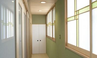 平屋に住まう:夫婦二人に ちょうどいいシンプルな住まい (廊下)