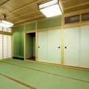平屋に住まう:夫婦二人に ちょうどいいシンプルな住まいの写真 和室:仏間
