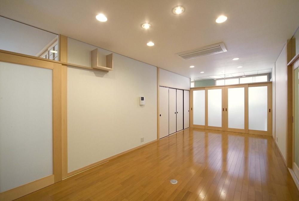 床暖房があるバリアフリー対策の平屋建て住宅|超高気密高断熱の住まい (リビング)