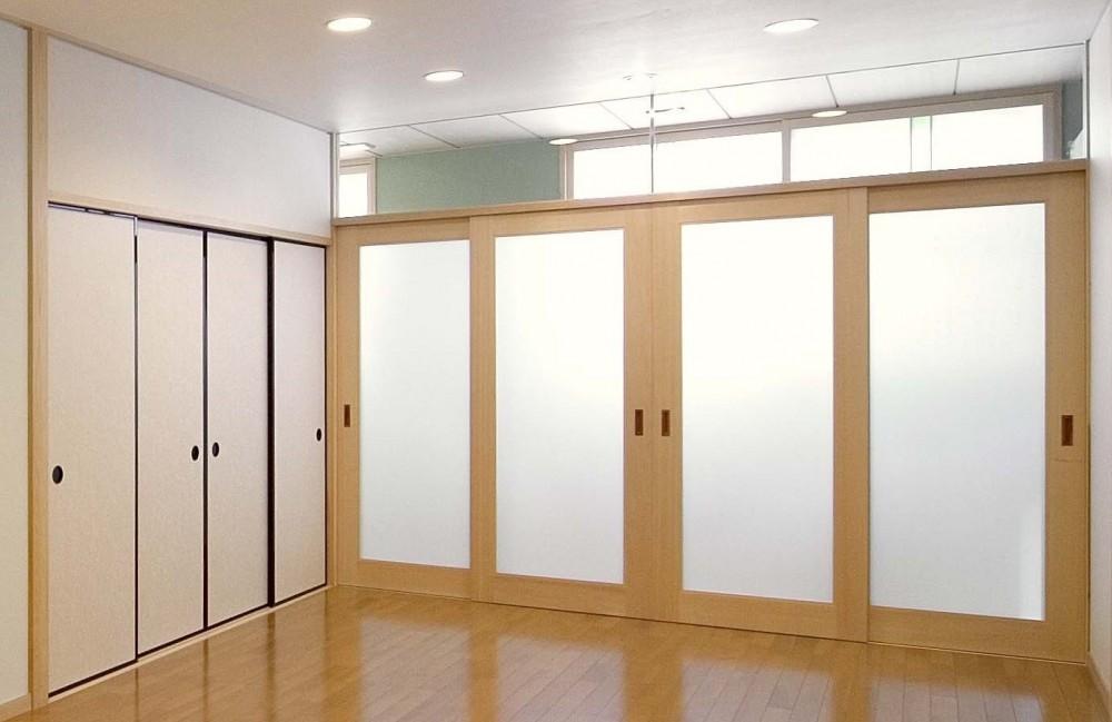 床暖房があるバリアフリー対策の平屋建て住宅|超高気密高断熱の住まい (リビング:廊下を通しての外部の採光)