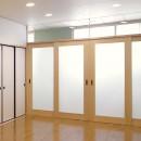 平屋に住まう:夫婦二人に ちょうどいいシンプルな住まいの写真 リビング:廊下を通しての外部の採光