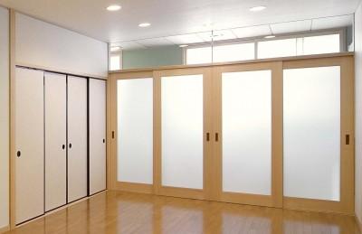 リビング:廊下を通しての外部の採光 (平屋に住まう:夫婦二人に ちょうどいいシンプルな住まい)