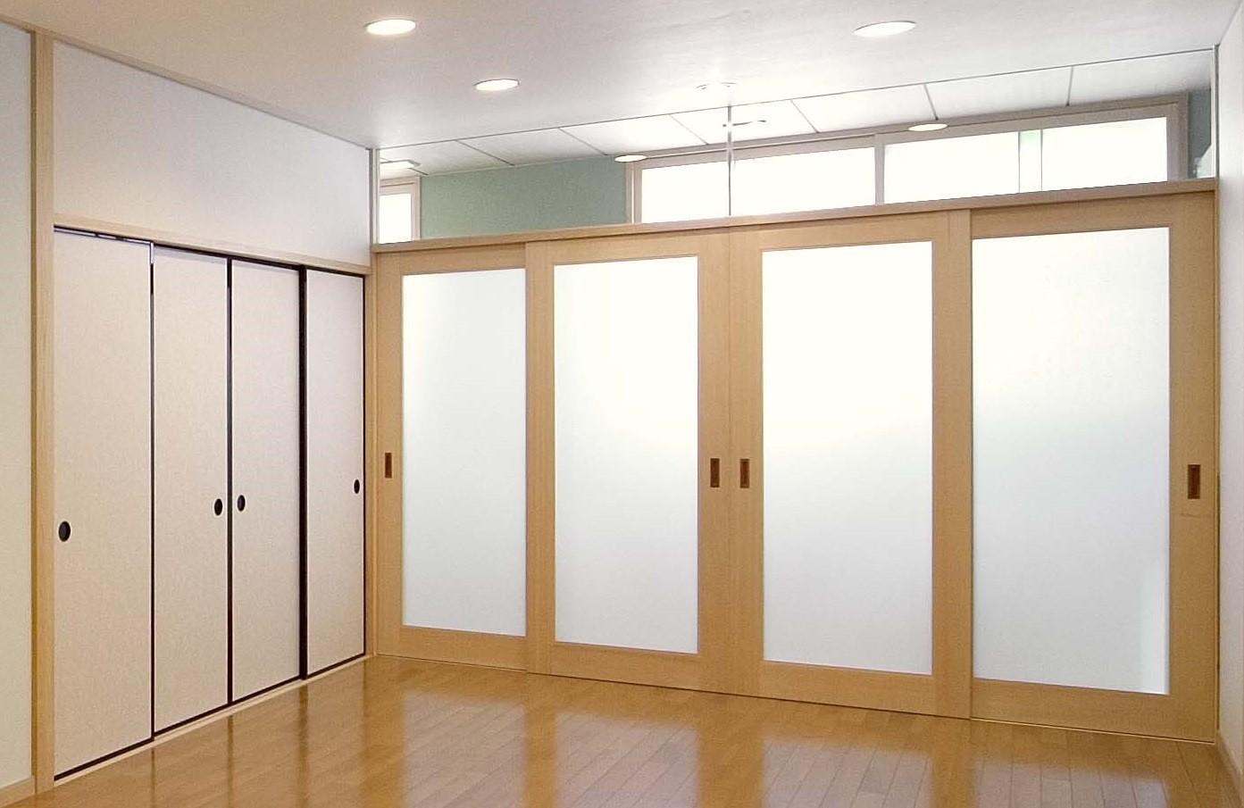 リビングダイニング事例:リビング:廊下を通しての外部の採光(床暖房があるバリアフリー対策の平屋建て住宅|超高気密高断熱の住まい)