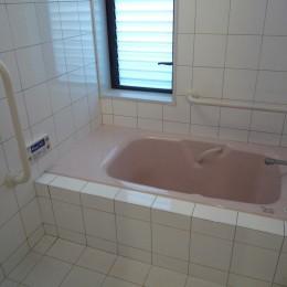 床暖房があるバリアフリー対策の平屋建て住宅|超高気密高断熱の住まい (浴室:高齢者の方に優しい腰掛・手すりのある浴室)
