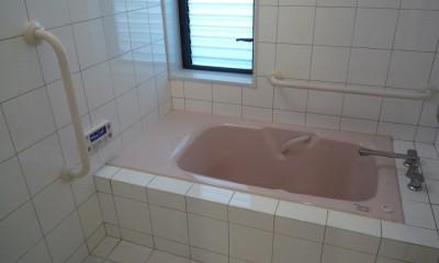 平屋に住まう:夫婦二人に ちょうどいいシンプルな住まい (浴室:高齢者の方に優しい腰掛・手すりのある浴室)