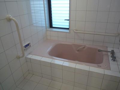 浴室:高齢者の方に優しい腰掛・手すりのある浴室 (平屋に住まう:夫婦二人に ちょうどいいシンプルな住まい)