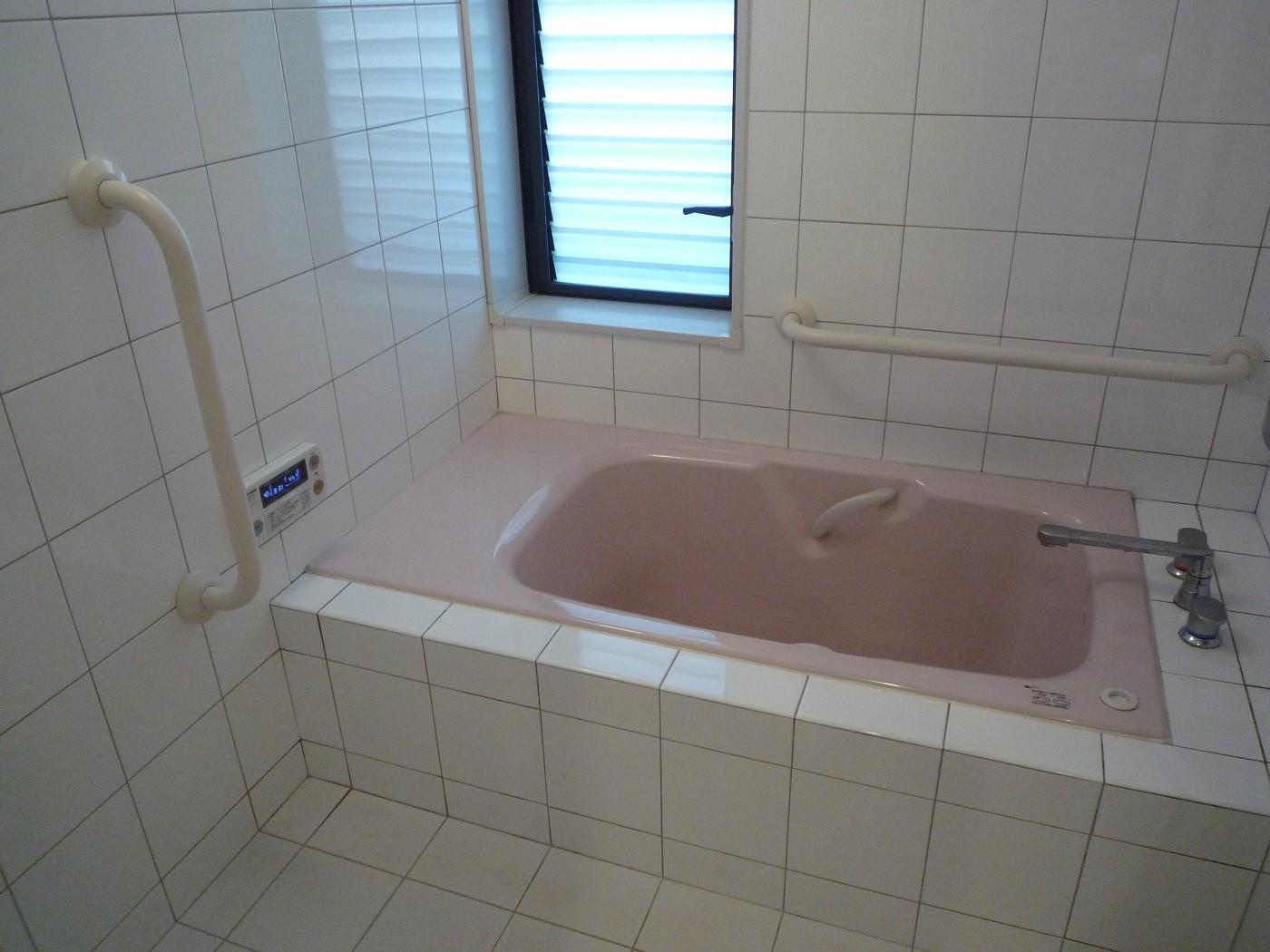 バス/トイレ事例:浴室:高齢者の方に優しい腰掛・手すりのある浴室(床暖房があるバリアフリー対策の平屋建て住宅|超高気密高断熱の住まい)