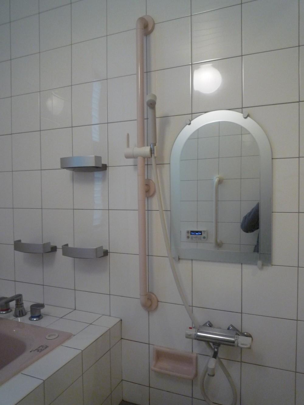 平屋に住まう:夫婦二人に ちょうどいいシンプルな住まい (浴室の洗い場:バリアフリー対策)