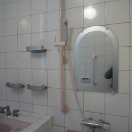 床暖房があるバリアフリー対策の平屋建て住宅|超高気密高断熱の住まい (浴室の洗い場:バリアフリー対策)