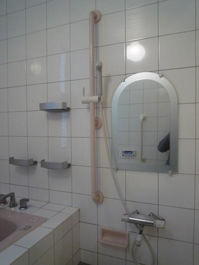 浴室の洗い場:バリアフリー対策 (平屋に住まう:夫婦二人に ちょうどいいシンプルな住まい)