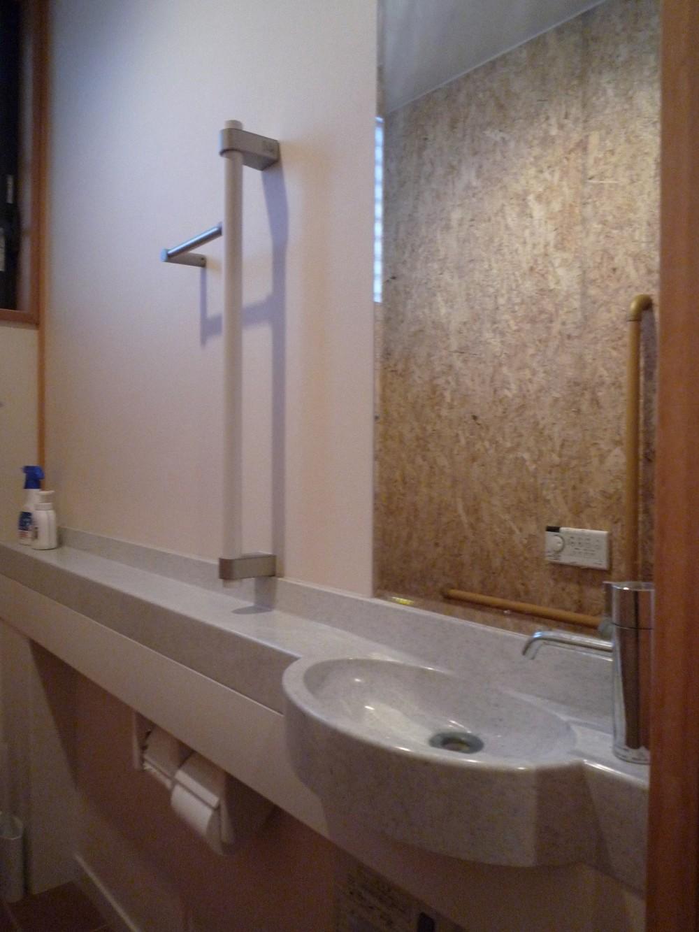 床暖房があるバリアフリー対策の平屋建て住宅|超高気密高断熱の住まい (トイレ:手すり付ひじ置きカウンター + 手洗い器|バリアフリー対策)