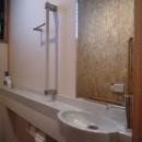 平屋に住まう:夫婦二人に ちょうどいいシンプルな住まいの写真 トイレ:手すり付ひじ置きカウンター + 手洗い器|バリアフリー対策