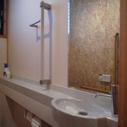 平屋に住まう:夫婦二人に ちょうどいいシンプルな住まい (トイレ:手すり付ひじ置きカウンター + 手洗い器|バリアフリー対策)