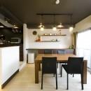 多くの制約をクリアし、ダイニングバー風の憧れの空間を実現の写真 キッチン壁面の白いタイルと天井のダークブラウンのコントラストが美しいダイニング。